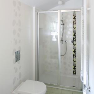 W głębi pomieszczenie jest nieco większe i tam urządzono wnękę prysznicową. Ze względu na wygodną szerokość można było wybrać rozwiązanie z drzwiami przesuwanymi. Projekt:  Małgorzata Szajbel-Żukowska.