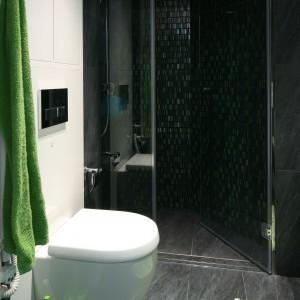 Mimo, że łazienka jest niewielka bez trudu można było wyznaczyć wnękę na prysznic. Ponieważ jest spora wybrano drzwi otwierane do wewnątrz. Dzięki temu, podczas otwierania nie kolidują z innymi sprzętami w łazience. Projekt: Monika i Adam Bronikowscy. Fot. Bartosz Jarosz.