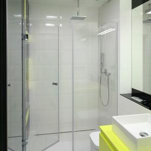 Od szerokości łazienki szerokość wnęki jest mniejsza zaledwie o kilkanaście centymetrów - tyle potrzeba było aby zainstalować podtynkowe boxy baterii prysznicowej i armatury. Odpływ prysznicowy zamiast brodzika, to rozwiązanie, które pozwala umieścić prysznic we wnęce o dowolnej szerokości, a poza tym łazienka wydaje się optycznie większa. Projekt: Katarzyna Kiełek,  Agnieszka Komorowska-Różycka. Fot. Bartosz Jarosz.