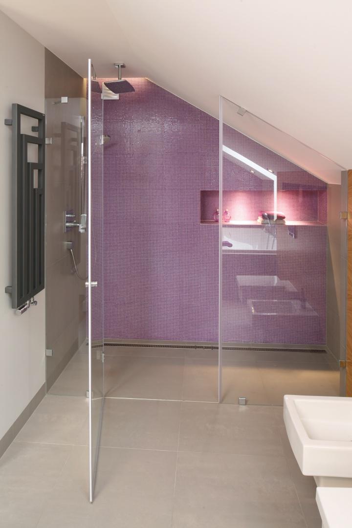 W łazience na poddaszu...  Mała łazienka? Prysznic zaplanuj we wnęce. Pomysły architektów ...
