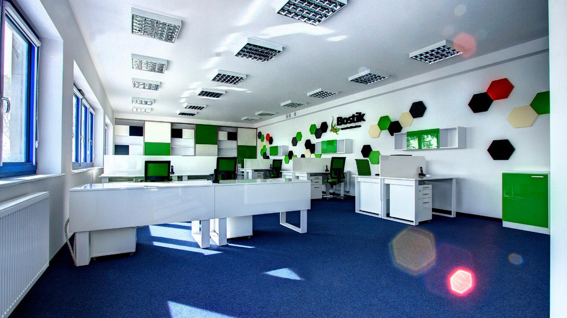 Białe ściany rozświetlają wnętrze, a niewielka ilość koloru sprzyja pracy i skupieniu. Nie jest to zwykłe biuro, ma swój charakter i pobudza kreatywność pracowników. Dzięki pomysłowemu rozplanowaniu ułożenia stanowisk pracy udało się uniknąć niewygód związanych z pracą w otwartej przestrzeń. Fot. Kameleon