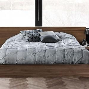 Fornirowane łóżko Limo o prostych, ponadczasowych liniach doskonale sprawdzi się w nowoczesnych sypialniach. Fot. BoConcept.