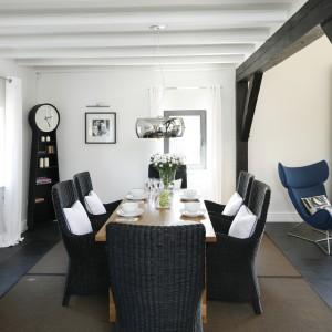 Biały kolor na całej powierzchni ścian spaja stylistycznie przestrzeń całego domu. Podkreśla też naturalne piękno belek stropowych. Fot. Bartosz Jarosz.