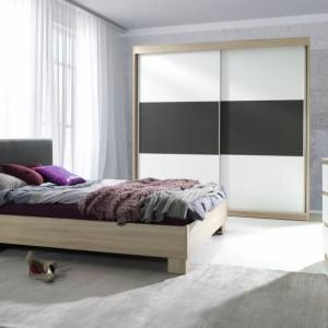 Kolekcja mebli Eden przeznaczona do nowoczesnych sypialni to połączenie bieli oraz elementów z fakturą drewna. Dodatkowo zagłówek łóżka oraz środkową część szafy wykonano z ekoskóry. Fot. Agata Meble.