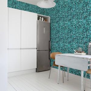 Oryginalna fototapeta imitująca wzorem ceramiczną mozaikę. Żywe morskie kolory nadają białej, stonowanej kuchni charakteru i ożywiają ją wizualnie. Fot. JVD.