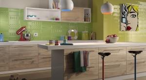 Ścianę w kuchni można wykończyć na wiele sposobów: kolorową fototapetą, surowym klinkierem, lub też klasyką gatunku - płytkami ceramicznymi.