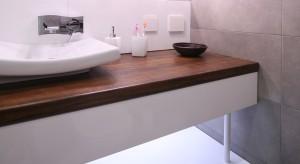Niewielka łazienka z prysznicem, urządzona jest nowocześnie i z zamierzoną surowością. Minimalistyczne wnętrze zdobi jedynie motyw fali na płytkach.