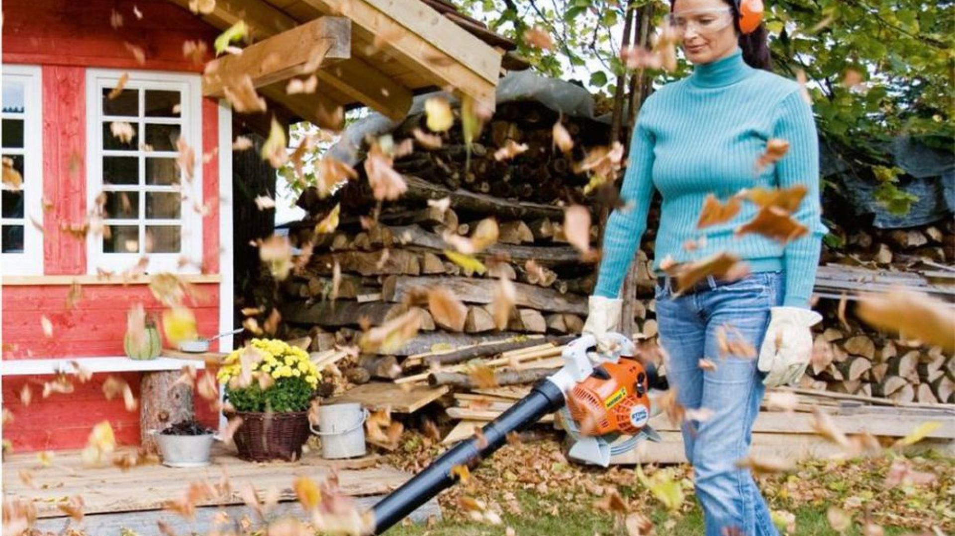 Cichy odkurzacz ogrodowy to doskonały sposób na szybkie usunięcie liści liści z trawnika i rabatek, także tych wyłożonych korą lub żwirem. Dobrze sprawdzi się także w oczyszczaniu nawierzchni z trawy, która pozostała po koszeniu. Fot. Ramirent.