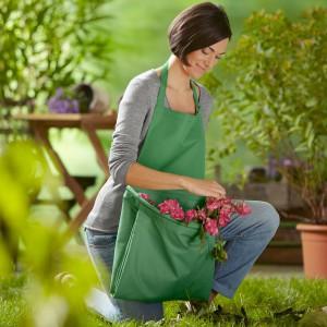 Fartuch ogrodowy do zbierania liście przyda się podczas jesiennych, drobnych porządków w ogrodzie. Fot. Tchibo.
