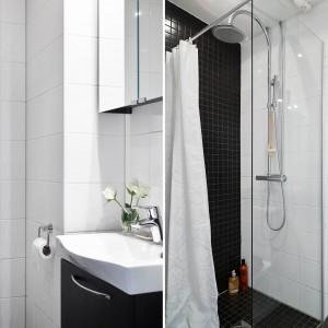 Łazienkę utrzymano w monochromatycznej kolorystyce: czerń i biel są tutaj jedynymi obecnymi barwami. Przestrzeń prysznica zaznaczono poprzez zastosowanie drobnego formatu płytek. Czarna mozaika wybija się na tle białych standardowych kafli. Fot. Stadshem.
