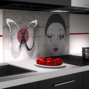 Sposobem na udekorowanie ściany nad blatem kuchennym jest pokrycie powierzchni grafiką. Zamiast fototapety proponujemy ceramiczne płytki z dekorem, tworzącym nowoczesny rysunek. Fot. Opoczno, kolekcja French Style.