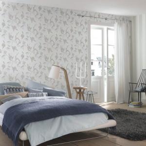Tapeta z delikatnym wzorem z kolekcji Tendresse 2015. Kwiaty wprowadzają do sypialni romantyczny nastrój. Fot. Rasch.