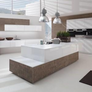 Kolor biały pięknie komponuje się z różnymi odcieniami drewna. W tej propozycji dwukolorowe meble, w których białe lakierowane powierzchnie zestawiono z matowymi drewnianymi wstawkami. Fot. Alno, Program Alnosplit.