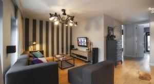 Głębokie ciepłe kolory, stylowe meble i przytulny klimat. Tak wygląda mieszkanie w Łodzi urządzone według projektu arch. Hanny Pietras.