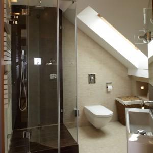 Nie tylko skosy, ale także niewielka szerokość pomieszczenia były wyzwaniem podczas projektowania tego wnętrza. W najwyższym miejscu łazienki znalazła się kabina prysznicowa. Projekt: Piotr Gierałtowski. Fot. Tomasz Markowski.