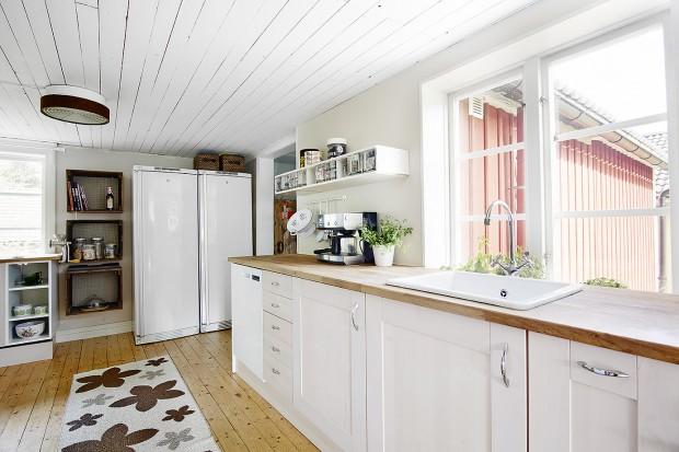 Jasny, przestronny dom. Pomysł na białe wnętrze z klimatem