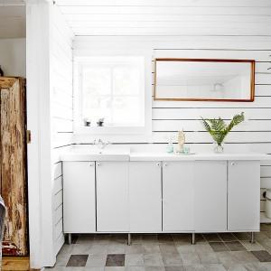 Dom zbudowano z drewna i ten materiał dominuje w aranżacji wszystkich pomieszczeń, w tym łazienki. Fot. Vastanhem.