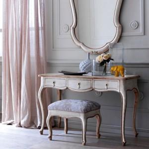Klasyczna toaletka w połączeniu ze stylizowanym siedziskiem oraz ozdobnym, dekoracyjnym lustrem tworzy wygodny kącik. Fot. Grifoni Silvano.