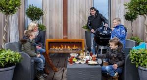 Zewnętrzne kominki umieszczone na tarasie czy w ogrodzie to świetne miejsce na odpoczynek podczas długich, jesiennych wieczorów. Ogień zapewni ciepło i klimatyczny nastrój.