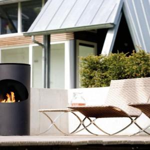 Kominek o cylindrycznym kształcie będzie doskonale wyglądał w ogrodach urządzonych w nowoczesnym stylu. Projekt: Hans Daalder. Fot. Ruby Fires.
