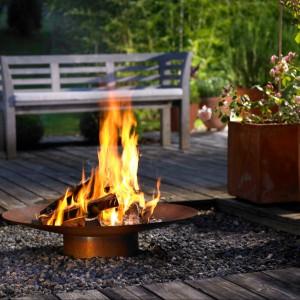 Kominek RA o oryginalnym kształcie wprowadza do ogrodu przyjemny akcent. Fot. Attika Feuer.