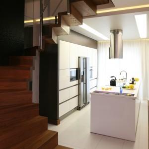 W tej kuchni wyspa stanowi główny punkt aranżacji pomieszczenia. Zmieszczono na niech wszystkie funkcje, potrzebne w kuchni, a całkowicie zrezygnowano z tradycyjnego aneksu kuchennego. Projekt: Chantal Springer. Fot. Bartosz Jarosz.