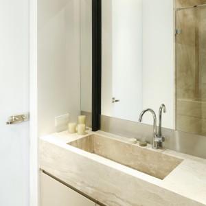 Beżowy kolor w tej łazience to efekt wykorzystania pięknego marmuru Breccia, z którego wykonana została na zamówieni umywalka, a także okładziny podłogowe i część okładzin ściennych. Projekt: Izabela Mildner. Fot. Bartosz Jarosz.