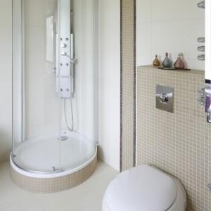 Kabina prysznicowa wyposażona została w panel do masażu, posiadający dodatkowo jeszcze możliwość regulacji wysokości. Fot. Bartosz Jarosz.