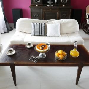 W salonie ciepły charakter buduje przytulny komplet wypoczynkowy w jasnych barwach i wzorzyste poduszki. Fot. Bartosz Jarosz.
