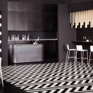 Odważna propozycja dla miłośników monochromatycznych wnętrz. Niezwykle efektowne płytki, tworzące na podłodze opartowski czarno-biały wzór. Fot. Tagina, kolekcja Deco d'Antan.