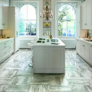 Szykowna kuchnia w stylu klasyki, połączonej z estetyką glamour wymaga odpowiedniej ceramiki na podłodze. Rozwiązaniem idealnym są płytki imitujące wyglądem szlachetny marmur. Fot. Cerdomus, kolekcja Hiros.
