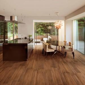 Piękne podłużne płytki imitujące naturalne drewno o ciepłej barwie.  Sprawdzą się idealnie w otwartych wnętrzach, gdzie kuchnia, jadalnia i salon mają jednorodną podłogę. Nadają pomieszczeniu przytulnego, domowego klimatu. Fot. Cedir, kolekcja Energy Wood.
