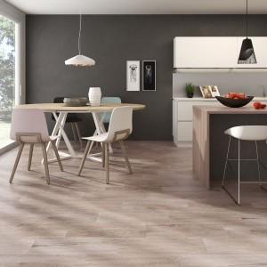 Gres imitujący barwną i wzorem naturalne drewno w delikatnym odcieniu brązu. Ocieplają wnętrze i pięknie komponują się z drewnianymi meblami. Fot. Argenta Ceramica, kolekcja Hudson.