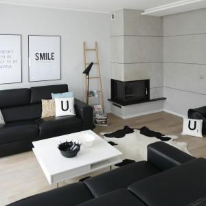 Mieszkanie w szeregówce z kominkiem i wygodnymi kanapami zapewnia komfortowy wypoczynek. Projekt: Beata Kruszyńska. Fot. Bartosz Jarosz.