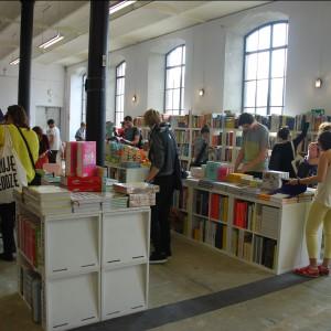 W czytelni, które mieściła się w drugim centrum festiwalowym można było znaleźć wiele ciekawych tytułów, polsko i zagraniczno języcznych o tematyce designu i wzornictwa. Fot. Marta Ustymowicz.