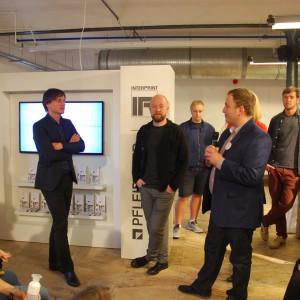 Spotkać można było także znanych i cenionych projektantów jak Oskara Ziętę i Piotra Kuchcińskiego, którzy wraz z markami Interprint i Pfleiderer prezentowali nowe dekory. Fot. Marta Ustymowicz.