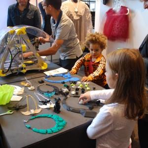W strefie projektanta można było poznać zastosowanie drukarki 3D. Skupiało się wokół niej wielu zainteresowanych osób. Fot. Marta Ustymowicz.