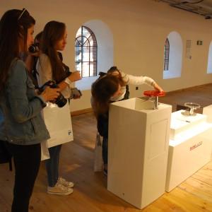 Produkty marki Kartell Laufen skupiały na sobie uwagę osób odwiedzających wystawy. Na szczęście można było dotykać produkty, aby lepiej móc poznać ich zastosowanie. Fot. Marta Ustymowicz.