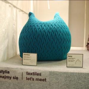"""Pufa """"Slumber"""" zaprojektowana przez Aleksandrę Gaca dla marki Casalis. Wykonana jest z przyjemnego w dotyku moheru. Fot. Marta Ustymowicz."""