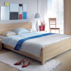 Wiszące lampy umieszczone po obu stronach łóżkach pozwalają zaoszczędzić miejsce na nocnych stolikach. Fot. Black Red White.