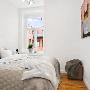 Drewniana podłoga w połączeniu z białymi ścianami oraz ograniczoną liczbą dodatków tworzy przestronne wnętrze. Fot. Alvhem Mäkler.