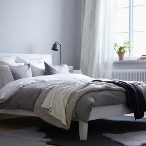 Białe meble w połączeniu z jasnoszarymi ścianami - takie połączenie dobrze sprawdzi się w sypialni o każdym metrażu. Fot. IKEA.