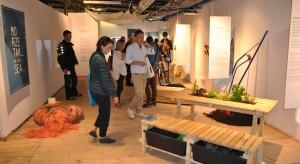 """We czwartek 9 października oficjalnie otwarto ósmą edycję Łódź Design Festival. W tym roku hasło festiwalu, które brzmi """"Brave New World"""" pozwala odkryć wpływ projektowania i designu na życie człowieka. Zobaczcie co działo się pod"""