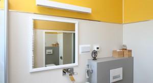 Nowocześnie, oryginalnie i kolorowo. Tak urządzona jest łazienka, z której korzystają na co dzień pani i pan tego domu. Nie brakuje tutaj ciekawych pomysłów aranżacyjnych i designerskich form wyposażenia.
