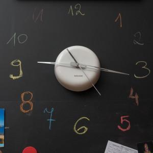 Oryginalny patent na zegar w kuchni. Rolę tarczy z cyframi, oznaczającymi godziny pełni tablica, popisana kredą. Fot. Decoroom.