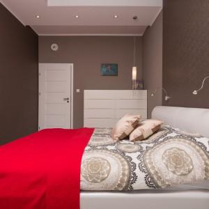 Rolę dekoracji w sypialni pełni ozdobne oświetlenie, wiszące nad łóżkiem, eleganckie tkaniny oraz intrygujące obrazy. Fot. Decoroom.