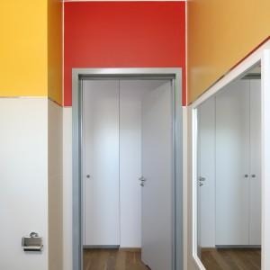 Teraz łazienkę  zdobią m.in.odcienie żółtego i pomarańczowego,  ale wystarczy pędzel i farba, aby wnętrze ożyło feerią innych barw. Fot. Bartosz Jarosz.