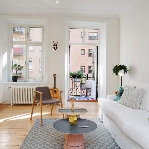 Przestronne, dobrze oświetlone wnętrze salonu. Fot. Alvhem Mäkleri.