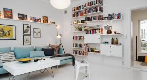 Przestronne, funkcjonalnie urządzone wnętrza. Jasne ściany, naturalne materiały przełamane kolorowymi dodatkami. Przedstawiamy 12 inspirujących aranżacji prosto zeSkandynawii.