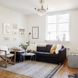 Ciemny narożnik przyjemnie kontrastuje z bielą ścian. Wnętrze ocieplają starannie dobrane tkaniny.  Fot. Stadshem.